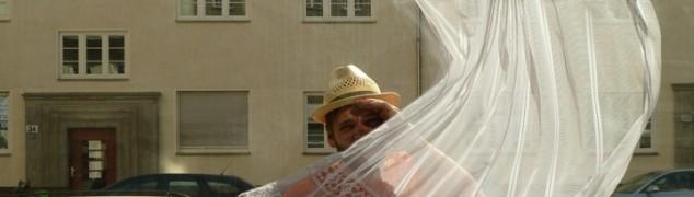 My little piece of privacy: quand Niklas Roy tire un rideau de dentelle sur la vie privée.